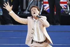 O cantor Cliff Richard se apresenta no show Jubileu de Diamante, em frente ao Palácio de Buckingham, em Londres, em 2012. 04/06/2012 REUTERS/David Moir