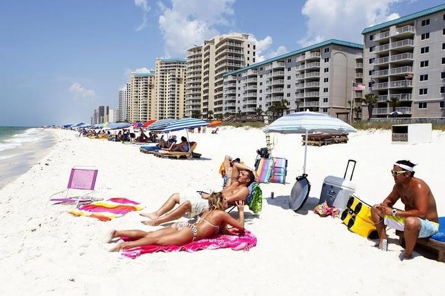 Tourists crowd the beach in Perdido Key, Florida May 23, 2012.   REUTERS/Sean Gardner