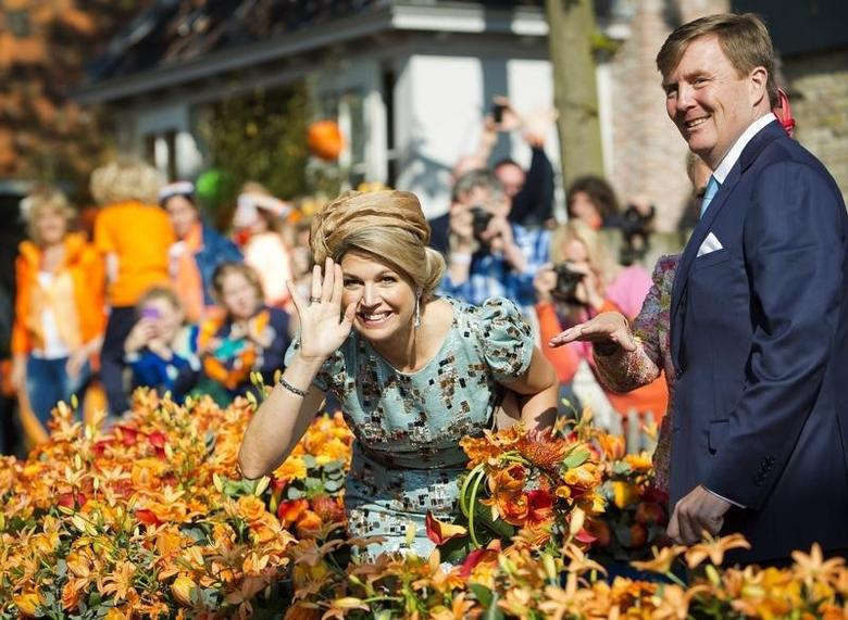 King Willem-Alexander of the Netherlands and his wife Queen Maxima smile during their first King's Day in De Rijp April 26, 2014.  REUTERS/Frank van Beek/Pool