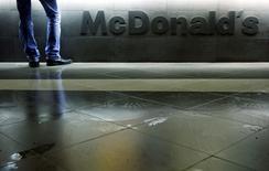 """Человек покупает еду в ресторане McDonald's в Москве 1 февраля 2010 года. Роспотребнадзор принял решение временно запретить работу нескольких ресторанов американской сети быстрого питания McDonald's в Москве, """"выявив многочисленные нарушения требований санитарного законодательства"""", говорится в сообщении ведомства, обещающего продолжить проверки. REUTERS/Denis Sinyakov/Files"""
