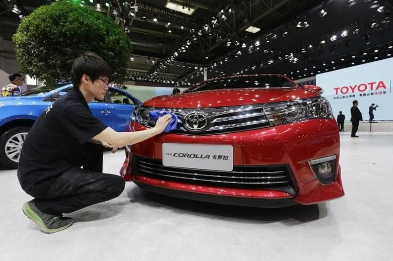 A man cleans a new Toyota COROLLA car at Auto China 2014 in Beijing, April 20, 2014.  REUTERS/Jason Lee