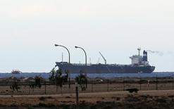 Танкер у терминала порта Эс-Сидр в Рас-Лануфе 8 марта 2014 года. Ливия после годового перерыва возобновила поставки нефти из своего крупнейшего порта Эс-Сидр. REUTERS/Esam Omran Al-Fetori