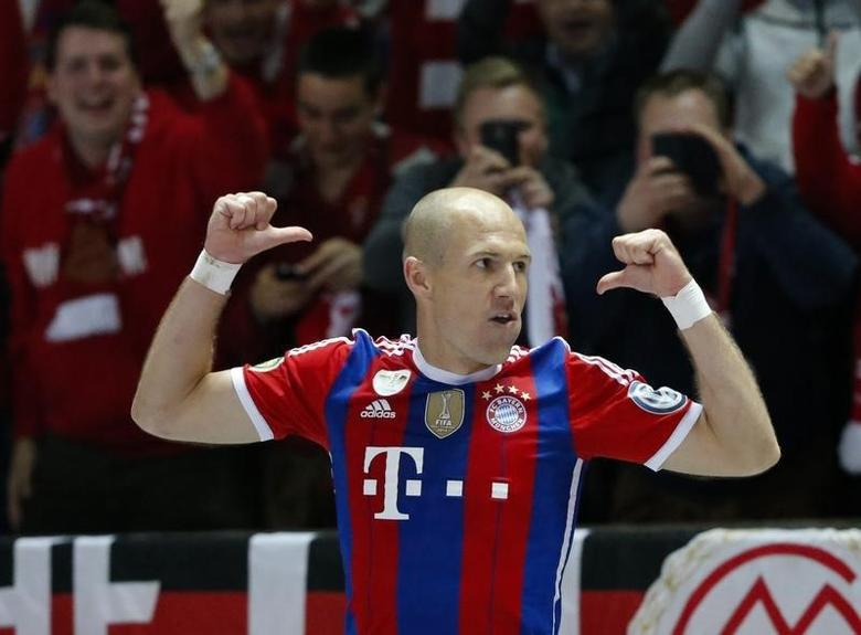 Bayern Munich's Arjen Robben celebrates after scoring a goal against Borussia Dortmund during their German Cup (DFB Pokal) final soccer match in Berlin May 17, 2014.    REUTERS/Fabrizio Bensch