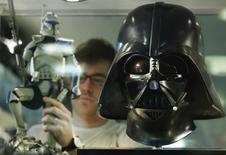 Réplica do capacete do personagem Darth Vader, de Star Wars, em uma loja de Londres. 11/05/2013.  REUTERS/Luke MacGregor