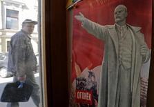 Vitrine de loja de souvenir com pôster de Vladimir Lenin em São Petersburgo. 22/04/2014 REUTERS/Alexander Demianchuk