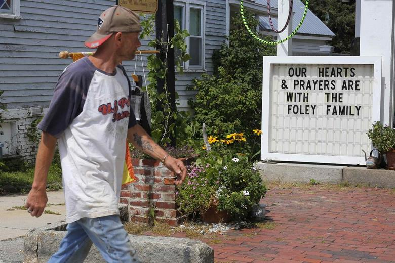 A sign outside a shop remembers James Foley in his hometown of Rochester, New Hampshire August 20, 2014.  REUTERS/Brian Snyder