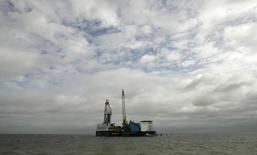 Нефтяная платформа Миттельплате консорциума RWE Dea AG и Wintershall AG в Северном море 12 июля 2007 года. Министерство экономики Германии даст добро на продажу нефтегазовых активов энергогиганта RWE российским инвесторам во главе с миллиардером Михаилом Фридманом, несмотря на разногласия между странами Запада и РФ по поводу кризиса на Украине, сообщили два источника. REUTERS/Fabrizio Bensch