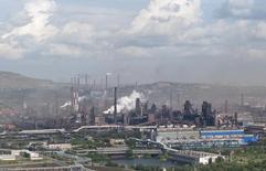 Вид на Магнитогорский металлургический комбинат 15 июля 2011 года. Один из крупнейших сталепроизводителей РФ ММК во втором квартале получил $159 миллионов прибыли против $155 миллионов убытка за второй квартал прошлого года, сообщила компания в пятницу. REUTERS/Alexander Shemetov