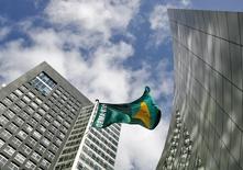 ABN Amro a vu son bénéfice récurrent progresser au deuxième trimestre, soutenu par la reprise de l'économie et du marché de l'immobilier hollandais, mais une charge exceptionnelle est venue grever son bénéfice net. /Photo d'archives/REUTERS/Robin van Lonkhuijsen