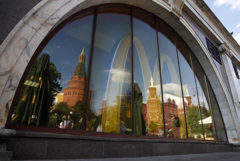 The walls and towers of the Kremlin are reflected in a window of a closed McDonald's restaurant, one of four temporarily closed by the state food safety watchdog, in Moscow, August 21, 2014. REUTERS/Maxim Zmeyev