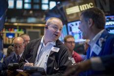 Unos operadores en la bolsa de Wall Street en Nueva York, ago 22 2014. Las acciones reaccionaban con pocas variaciones el viernes en la bolsa de Nueva York a los comentarios de la presidenta de la Reserva Federal, Janet Yellen. REUTERS/Brendan McDermid