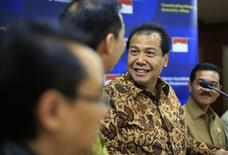 Indonesia's chief economics minister Chairul Tanjung (C) talks with his colleague, Trade Minister Muhammad Lutfi (L), as Home Affairs Minister Gamawan Fauzi looks (R) on during a news conference in Jakarta August 20, 2014. REUTERS/Beawiharta