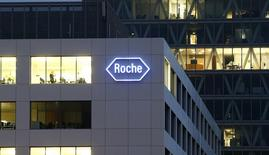 Roche va racheter la société américaine de biotechnologies InterMune pour un montant global de 8,3 milliards de dollars (6,3 milliards d'euros) en numéraire, une opération qui marque une nouvelle étape de la consolidation en cours du secteur. /Photo d'archives/REUTERS/Arnd Wiegmann