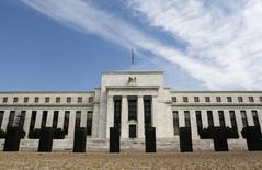 Здание ФРС в Вашингтоне 1 августа 2012 года. Чиновники Федеральной резервной системы США испытывают нарастающее давление с тем, чтобы уже в сентябре более чётко признать улучшение состояния экономики и заложить основы для первого повышения процентной ставки почти за десять лет. REUTERS/Larry Downing