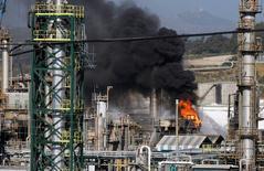 Imagen de un incendio que afectó a la planta Aconcagua, operada por la petrolera estatal chilena ENAP, el 9 de octubre, 2007. La refinería Aconcagua de la petrolera estatal chilena ENAP avanza en la recuperación de sus operaciones, tras su detención parcial el sábado por el fuerte sismo que sacudió a la zona central del país, dijo el lunes a Reuters una fuente de la compañía. REUTERS/Eliseo Fernández