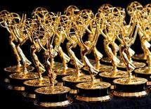 Imagen de archivo de una serie de premios Emmy alineados para una fotografía en Los Angeles, ago 29 2010. Tres novedosas series y un partida de estrellas de Hollywood podrían sacudir el lunes los premios anuales de la televisión estadounidense, los Emmy, en una validación del cambio de la industria hacia una narrativa más sofisticada y larga.   REUTERS/Danny Moloshok