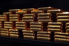 Una serie de lingotes de oro almacenados en la planta ProAurum de Múnich, mar 6 2014. El oro cayó el lunes y se negoció cerca de su mínimo nivel en dos meses, presionado por la fortaleza del dólar y una escalada en los mercados financieros globales.     REUTERS/Michael Dalder