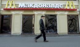 Le service russe de contrôle de la qualité des produits alimentaires a ordonné la fermeture d'un restaurant McDonald's à Iekaterinbourg dans la région de l'Oural. Il s'agit du cinquième établissement McDonald's touché par une fermeture temporaire en Russie où l'organisme de régulation sanitaire Rospotrebnadzor mène depuis quelques semaines des inspections inopinées.  /Photo d'archives/REUTERS/Alexander Demianchuk