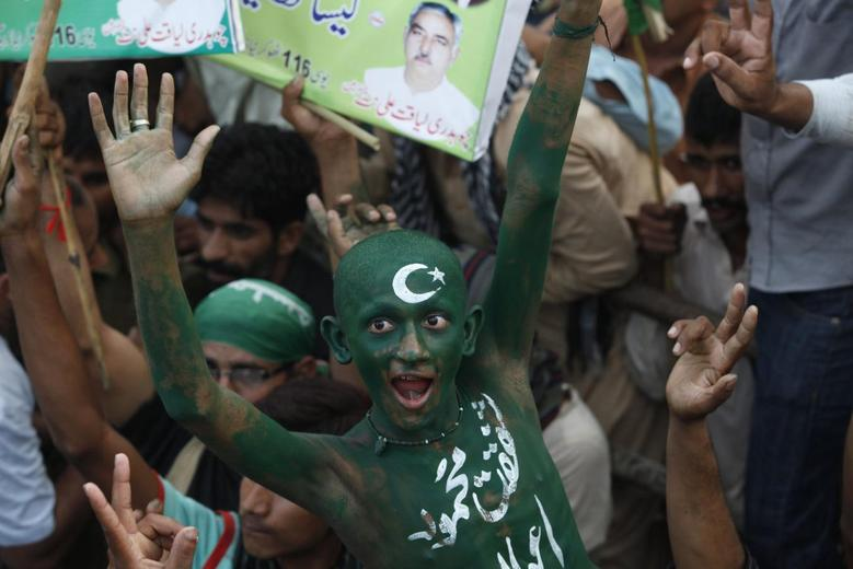 A supporter of Pakistan Muslim League-Nawaz (PML-N) party, his body painted in national flag colors, chants slogans with others as they participate in a pro-government rally in support of Prime Minister Nawaz Sharif in Lahore, August 25, 2014.  REUTERS/Mohsin Raza