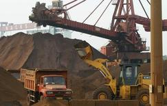 Caminhão sendo carregado com minério de ferro no porto de Nantong, na província de Jiangsu.  5/05/2013.  REUTERS/China Daily