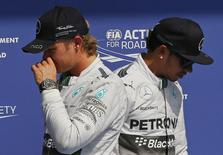 Pilotos da Mercedes Nico Rosberg e Lewis Hamilton em Spa-Francorchamps. 23/08/2014 REUTERS/Yves Herman