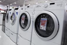 Una serie de lavadoras y secadoras en una tienda en Nueva York, jul 28 2010. Los pedidos de bienes duraderos fabricados en Estados Unidos anotaron en julio su mayor alza histórica gracias a la fuerte demanda internacional por aeronaves, pero la tendencia subyacente permaneció consistente con un ritmo estable de crecimiento económico.  REUTERS/Shannon Stapleton