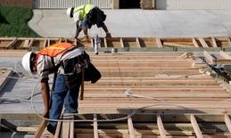 Unos obreros trabajando en el techo de una vivienda en Lancaster, mar 22 2010. Los precios de las casas unifamiliares en Estados Unidos bajaron en junio e incumplieron las expectativas de los analistas, mostró un informe publicado el martes.  REUTERS/Mario Anzuoni