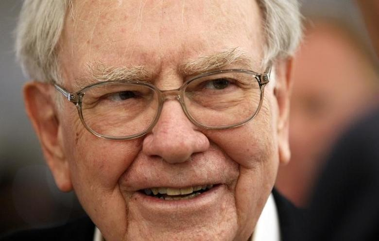 Berkshire Hathaway CEO Warren Buffett listens to a shareholder at the Berkshire-owned Borsheims jewelry store where Buffett was selling jewelry as part of the company annual meeting weekend in Omaha, Nebraska May 4, 2014.  REUTERS/Rick Wilking