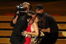 Ator Cranston beija Julia-Louis Dreyfus na premiação do Emmy, na segunda-feira.    REUTERS/Mario Anzuoni