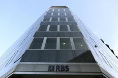 La Financial Conduct Authority (FCA) va condamner mercredi Royal Bank of Scotland (RBS) au versement d'une amende dans un dossier relatif à des conseils donnés en matière de crédit immobilier, selon des sources proches du dossier. /Photo prise le 28 janvier 2014/REUTERS/Paul Hackett