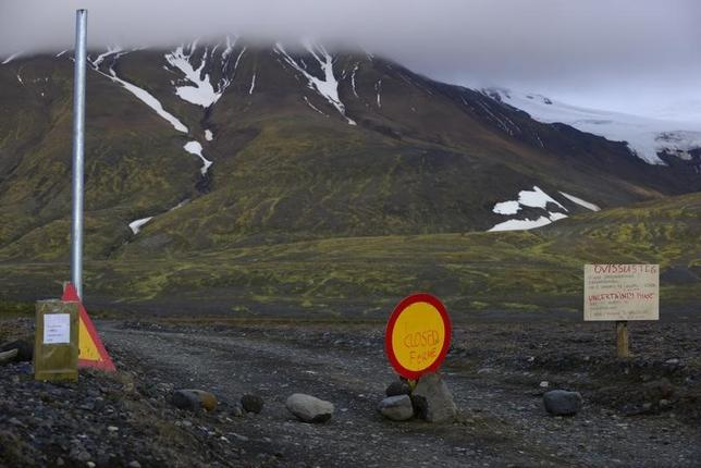 Warning signs block the road to Bardarbunga volcano, some 20 kilometres (12.5 miles) away, in the north-west region of the Vatnajokull glacier August 19, 2014. REUTERS/Sigtryggur Johannsson