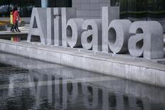 Les prochains débuts à Wall Street d'Alibaba conduisent les investisseurs à examiner leur portefeuille pour y faire de la place. L'offre publique de vente du géant chinois du commerce en ligne, qui pourrait dépasser les 16 milliards de dollars (12 milliards d'euros) et battre ainsi un record pour une entreprise de technologie, est attendue à partir de la mi-septembre. /Photo prise le 23 avril 2014/REUTERS/Chance Chan