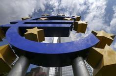 Imagen de archivo del logo del Euro en la sede del Banco Central Europeo en Fráncfort, ago 7 2014. El Banco Central Europeo es poco proclive a tomar nuevas acciones de política monetaria a menos que las cifras de inflación de agosto, que serán reveladas el viernes, muestren que la zona euro se está acercando a una deflación, de acuerdo a fuentes del BCE.     REUTERS/Ralph Orlowski