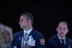 Unos operadores en la bolsa de comercio de Wall Street en Nueva York, ago 25 2014. Las acciones operaban estables el miércoles en la Bolsa de Nueva York, debido a que los inversores hallaban pocas razones para extender una racha alcista que ha llevado a los índices a máximos niveles. REUTERS/Brendan McDermid