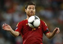 Meia espanhol Xabi Alonso durante a Euro 2012 em Donetsk. 27/06/2014 REUTERS/Charles Platiau