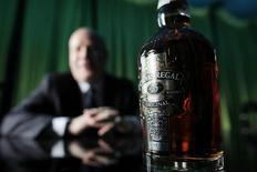 Pernod Ricard a bouclé son exercice 2013-2014 sur des résultats en nette baisse, après une année noire pour son cognac et son whisky en Chine et des effets de change défavorables. /Photo d'archives/REUTERS/Carlos Barria