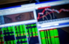 Les Bourses européennes sont en baisse jeudi à l'ouverture d'une séance marquée par plusieurs résultats trimestriels de poids lourds de la cote en France et des indicateurs macroéconomiques très attendus en zone euro et aux Etats-Unis. /Photo d'archives/REUTERS/Brendan McDermid