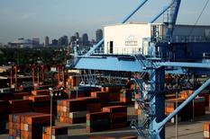 Imagen de contenedores a la espera de ser enviados en el puerto de Nueva Orleans, en Luisiana. 23 de junio 2010. La economía de Estados Unidos repuntó en el segundo trimestre con más fuerza de lo que inicialmente se había estimado, un crecimiento que estuvo más impulsado por la demanda doméstica y menos por el reabastecimiento de inventarios de las empresas. REUTERS/Sean Gardner