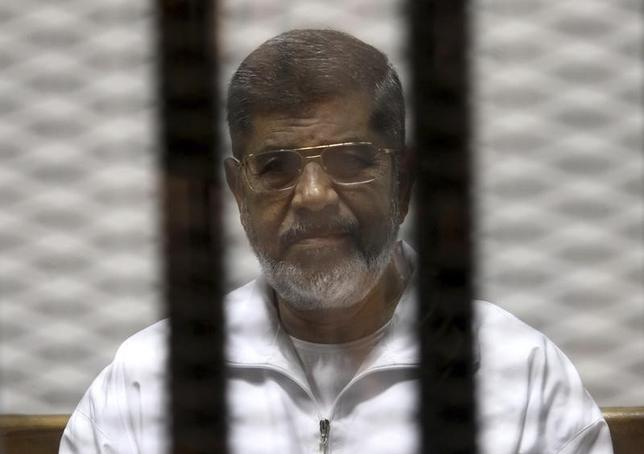 Ousted Egyptian President Mohamed Mursi is seen behind bars during his trial at a court in Cairo May 8, 2014.  REUTERS/Stringer