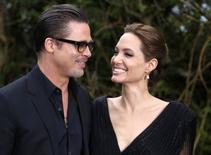Atores Brad Pitt e Angelina Jolie participam de evento no Kensington Palace, em Londres. 08/05/2014 REUTERS/Luke MacGregor