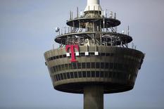 Imagen de archivo de la torre de Deutsche Telekom en Colonia, Alemania, mar 25 2013. Deutsche Telekom AG está abierto a vender su unidad T-Mobile US Inc si recibe una oferta que valorice ese negocio en 35 dólares por acción o más, informó el jueves la agencia Bloomberg citando a una persona familiarizada con el asunto.  REUTERS/Wolfgang Rattay