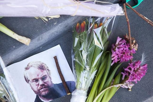 A photo of actor Phillip Seymour Hoffman sits on a makeshift memorial in front of his apartment building in the Manhattan borough of New York, February 4, 2014. REUTERS/Keith Bedford