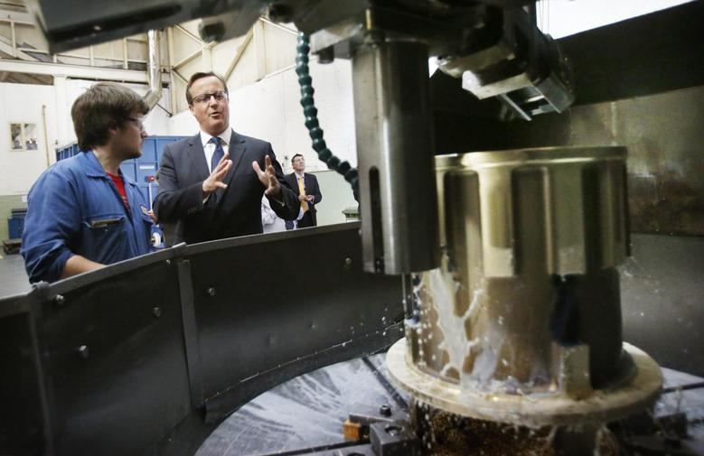 Britain's Prime Minister David Cameron speaks to a worker during a visit to engineering company MacTaggart Scott in Edinburgh, Scotland August 29, 2014. REUTERS/Danny Lawson/Pool