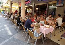 Imagen de unos turistas comiendo en una terraza en la localidad de Benidorm. 6 de agosto. 2014. La inflación de la zona euro se ralentizó en agosto a un nuevo mínimo de cinco años, mostraron datos el viernes, algo que seguramente preocuparía al Banco Central Europeo pero no lo llevaría a una intervención inmediata la próxima semana.REUTERS/Heino Kalis
