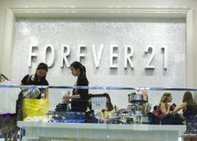 En la imagen, mujeres compran en una tienda de ropa en NuevaYork. 19 de agosto, 2013. La confianza del consumidor estadounidense creció en agosto, mientras que un índice sobre las condiciones económicas actuales marcó su máximo desde julio del 2007, mostró un sondeo divulgado el viernes.  REUTERS/Lucas Jackson