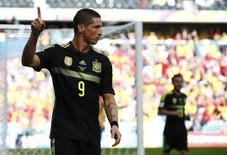 Fernando Torres comemora gol da Espanha sobre a Austrália na Copa do Mundo, em 23 de junho.   REUTERS/Darren Staples