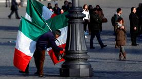 L'Italie a subi coup sur coup vendredi la confirmation de sa rechute en récession et l'annonce de la première baisse des prix à la consommation depuis 55 ans, deux nouveaux signes de faiblesse économique qui soulignent l'urgence des réformes initiées par le président du Conseil, Matteo Renzi. /Photo d'archives/REUTERS/Alessandro Bianchi