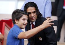 Atacante do Monaco Radamel Falcao posa para foto com torcedor. 30/08/2014 REUTERS/Eric Gaillard