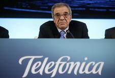 Le président de Telefonica Cesar Alierta a déclaré que l'opérateur téléphonique espagnol ne souhaitait pas rester actionnaire de son concurrent Telecom Italia une fois que le rachat de GVT auprès de Vivendi aura été finalisé. /Photo prise le 27 février 2014/REUTERS/Andrea Comas