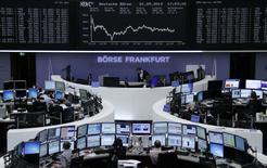 Un grupo de operadores en sus estaciones de trabajo en la bolsa alemana Dax en Fráncfort, sep 1 2014. Las acciones europeas cerraron el lunes con ganancias modestas y cerca de máximos de un mes, gracias a alzas en el sector de medios de comunicación por especulaciones sobre una posible adquisición de la británica ITV y con Novartis liderando a las farmacéuticas.      REUTERS/Remote/Stringer